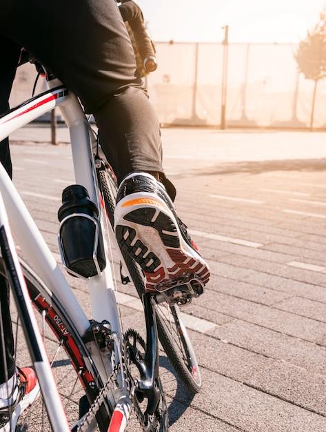 Primo piano del ciclista in sella alla mountain bike Foto Gratuite