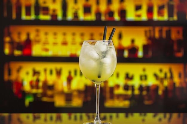 Primo piano del cocktail con ghiaccio nella barra Foto Gratuite
