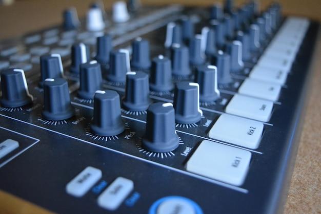 Primo piano del controller di musica Foto Gratuite