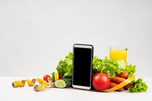 Primo piano del delizioso assortimento di frutta e verdura Foto Gratuite