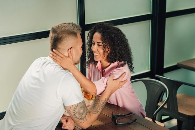 Primo piano del giovane che bacia la sua mano della moglie mentre facendo proposta di matrimonio all'aperto. Foto Gratuite