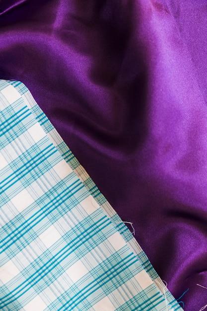 Primo piano del modello a scacchi blu e tessile viola normale Foto Gratuite