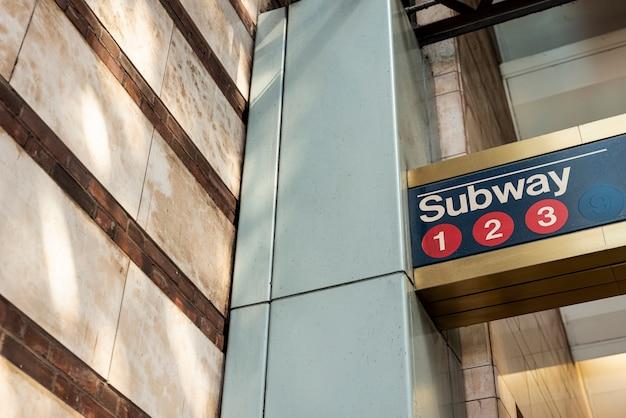 Primo piano del segno della metropolitana Foto Gratuite