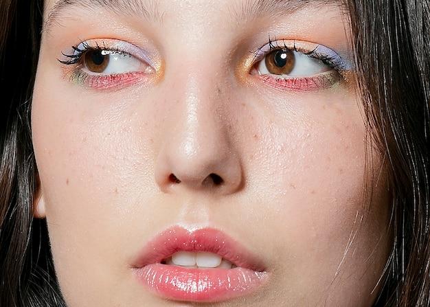 Primo piano del volto di donna con ombretto Foto Gratuite
