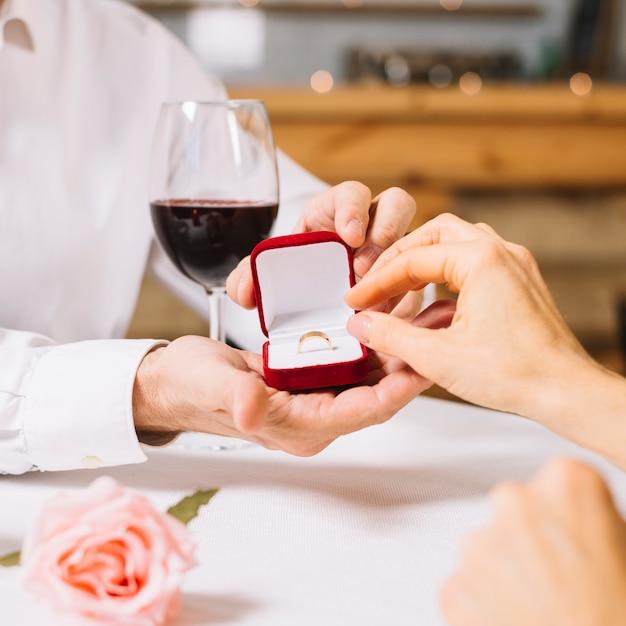 Primo piano dell'anello di fidanzamento Foto Gratuite