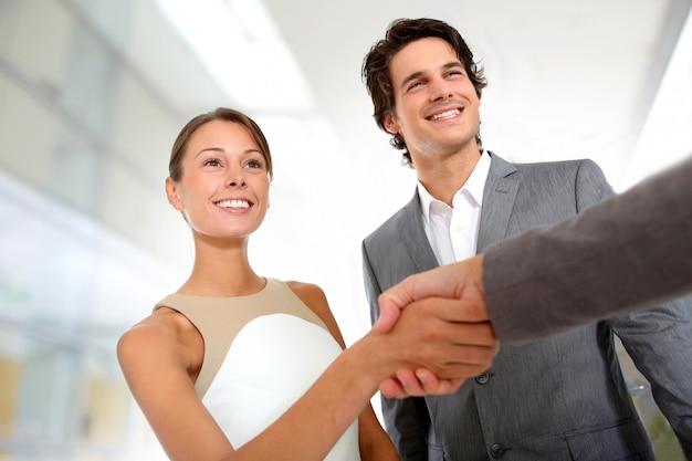 Primo piano dell'handshake di associazione di affari Foto Premium
