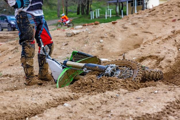 Primo piano dell'incidente nella corsa di mountain bike in pista sterrata Foto Premium