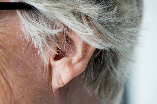 Primo piano dell'orecchio della donna anziana Foto Gratuite