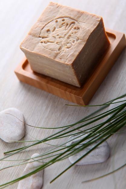 Primo piano della barra di sapone fatto a mano dell'argania Foto Premium