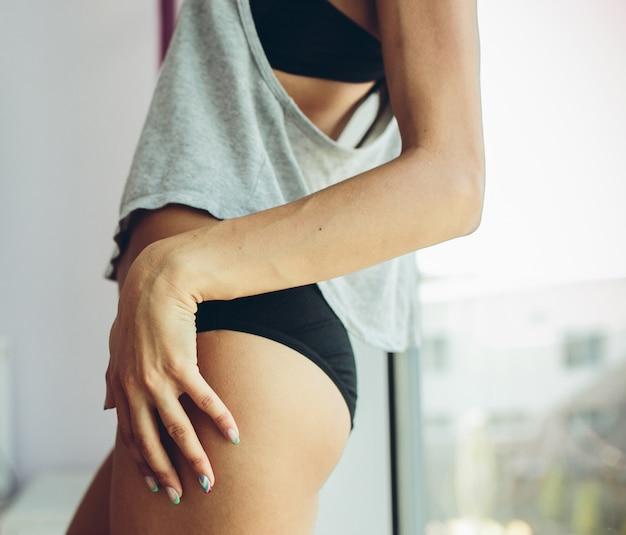 Primo piano della donna attraente in lingerie Foto Gratuite