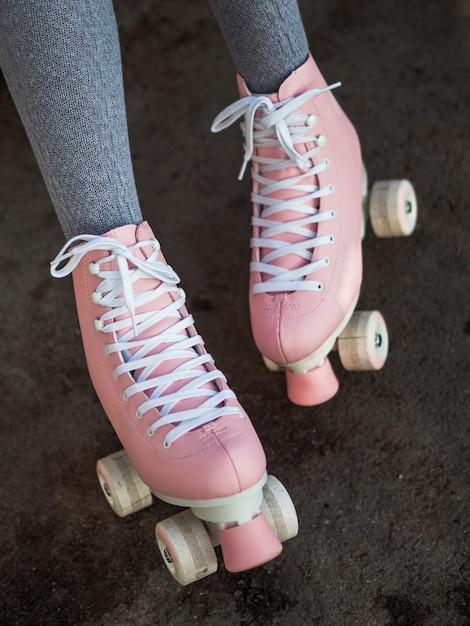 Primo piano della donna in calzini con pattini a rotelle Foto Gratuite