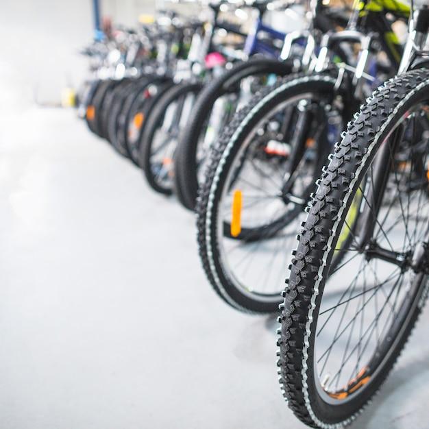 Primo piano della gomma della bicicletta in negozio Foto Gratuite
