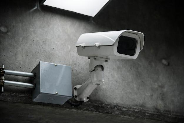 Primo piano della macchina fotografica del cctv sulla parete Foto Gratuite
