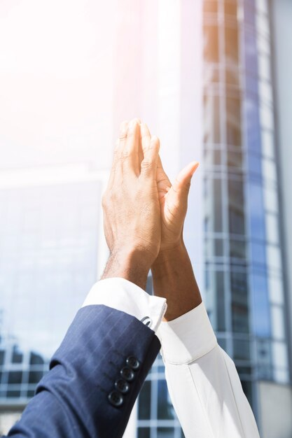 Primo piano della mano dell'uomo d'affari e della donna d'affari che dà livello cinque Foto Gratuite