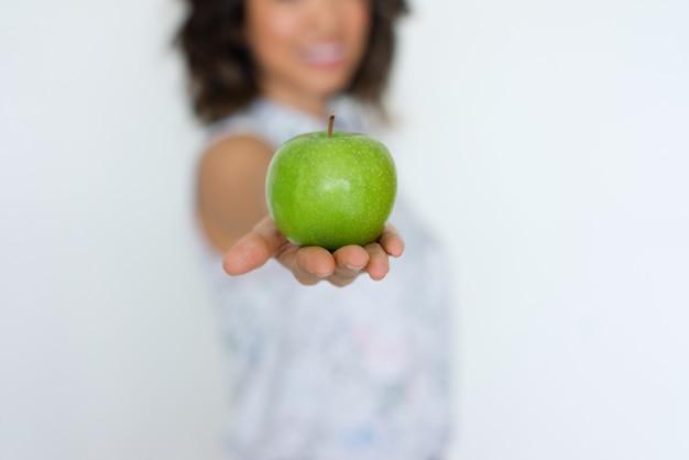 Primo piano della mela verde fresca sulla mano della donna Foto Gratuite
