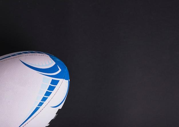 Primo piano della palla di rugby bianca su fondo nero Foto Gratuite
