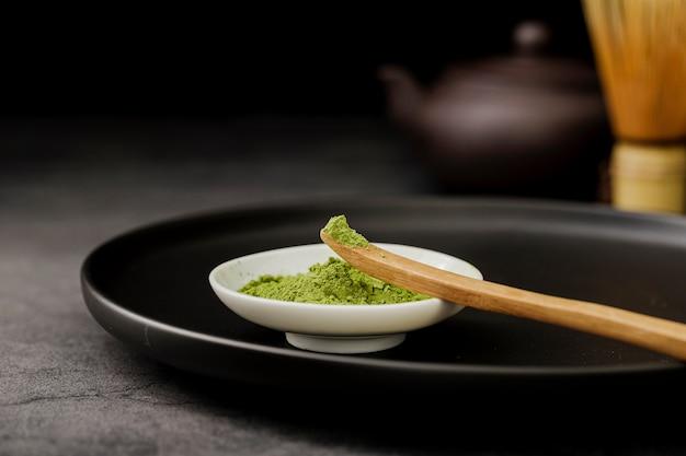 Primo piano della polvere del tè di matcha in ciotola Foto Gratuite