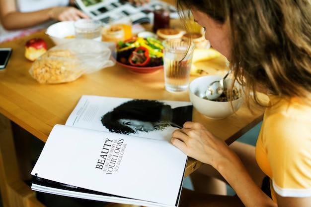 Primo piano della rivista caucasica della lettura della donna Foto Premium