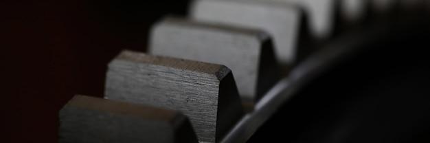 Primo piano della ruota dentata del metallo su fondo scuro come parte della macchina piena Foto Premium