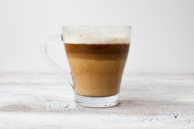 Primo piano della tazza di caffè in tre colori Foto Gratuite