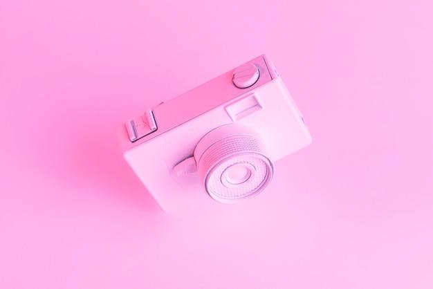 Primo piano della vecchia macchina fotografica dipinta contro il contesto rosa Foto Gratuite