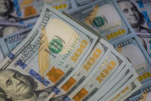 Primo piano delle banconote americane di cento dollari Foto Premium