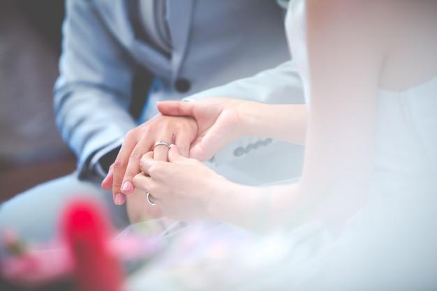 Primo piano delle coppie il giorno delle nozze Foto Premium