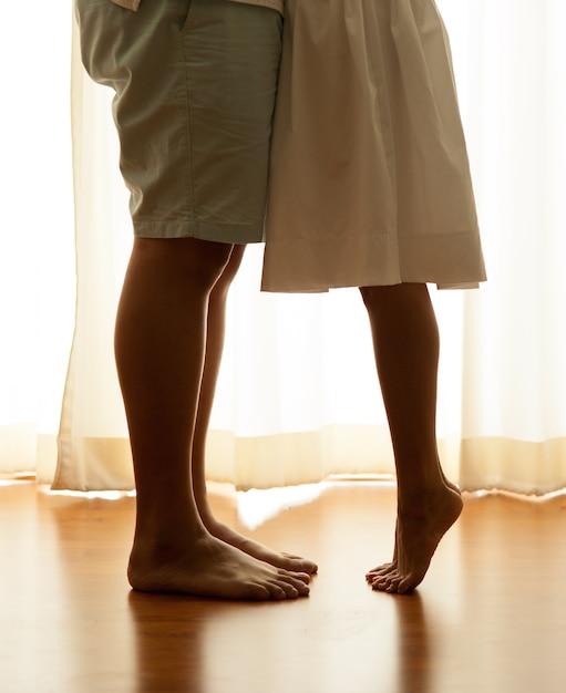 Primo piano delle gambe della coppia che si bacia | Foto Premium