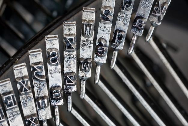 Primo piano delle lettere su una vecchia macchina da scrivere Foto Premium