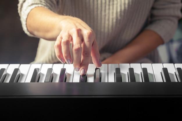 Primo piano delle mani che giocano il piano. Foto Premium