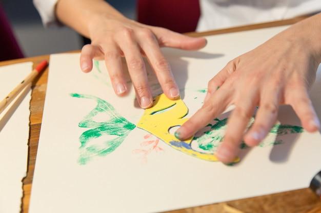 Primo piano delle mani del pittore Foto Gratuite