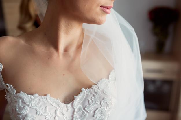 Primo piano delle spalle nude della tenera sposa Foto Gratuite
