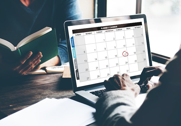 Primo piano dello schermo del computer portatile che mostra calenda con la data e il mese Foto Gratuite