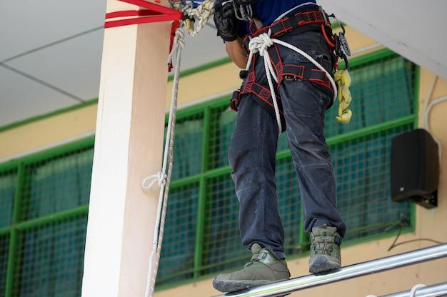 Primo piano di addestramento inferiore del corpo dei vigili del fuoco per esercitazione antincendio dimostrando come fuggire Foto Premium