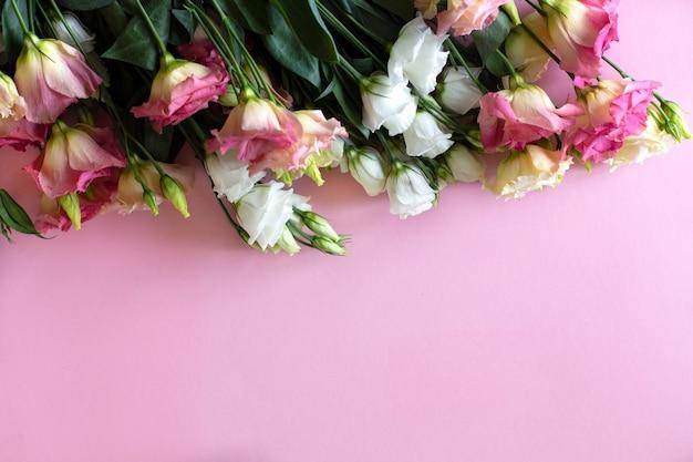 Primo piano di bei fiori rosa e bianchi di eustoma del bouqet Foto Premium