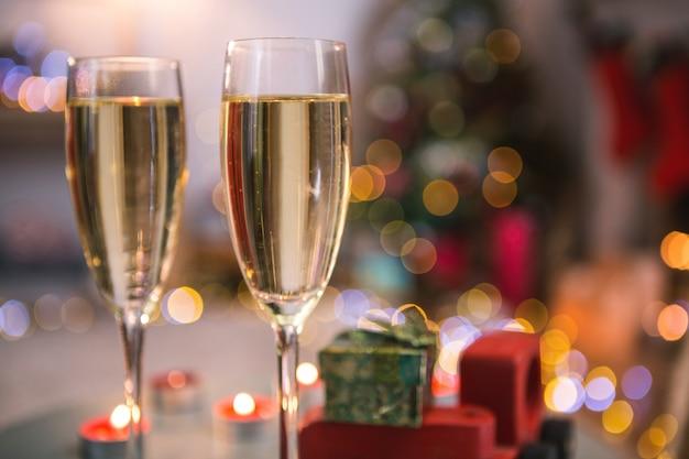 Primo piano di bicchieri di champagne con sfondo sfocato  89ea85235d79