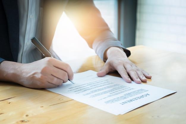 Primo piano di business man firmando accordo in contratto. Foto Premium