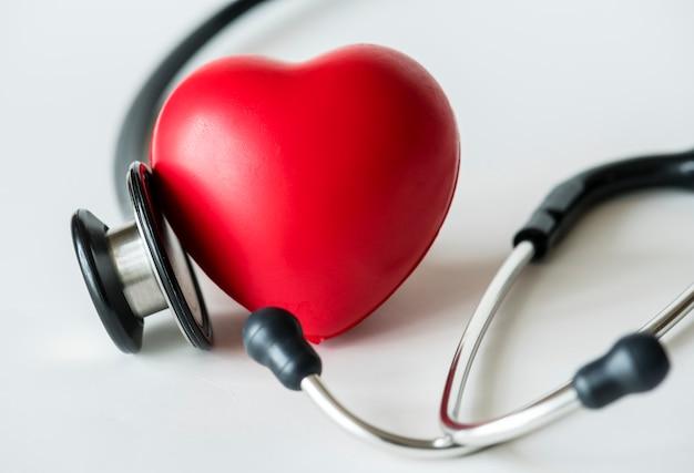 Primo piano di cuore e un concetto di controllo cardiovascolare stetoscopio Foto Gratuite