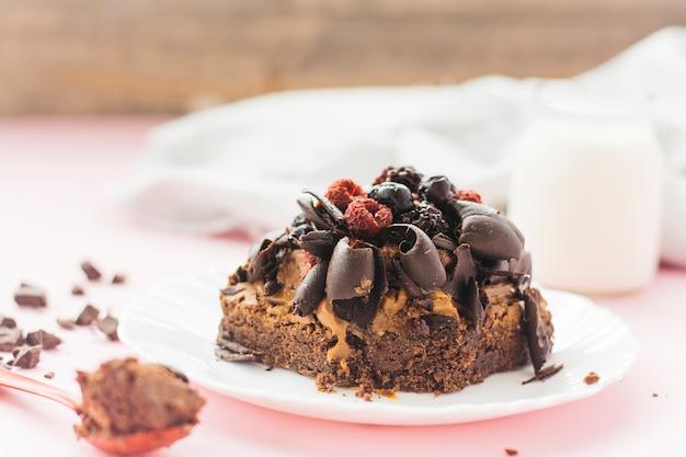 Primo piano di deliziosa pasticceria sul piatto Foto Gratuite