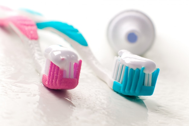 Primo piano di dentifricio e spazzolini da denti. cure odontoiatriche Foto Premium