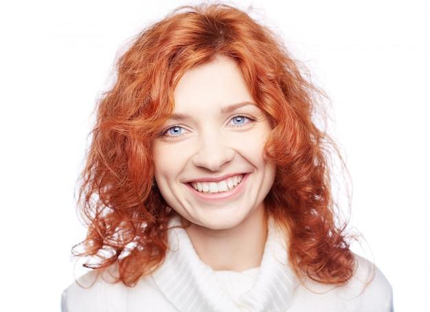 Primo piano di donna sorridente con i capelli ricci | Foto ...