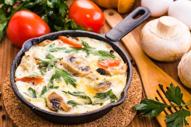 Primo piano di frittata italiana e ingredienti per la cottura Foto Premium