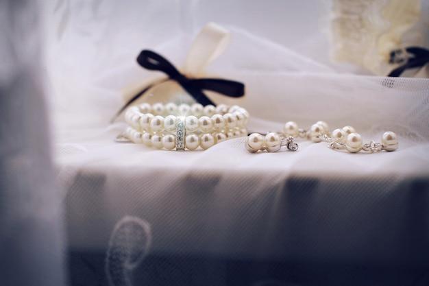 Primo piano di gioielli. gioielli, anelli, spille, diamanti, strass Foto Premium
