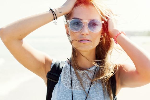 3352af6e40 Primo piano di giovane donna con occhiali da sole godendo all'aperto ...