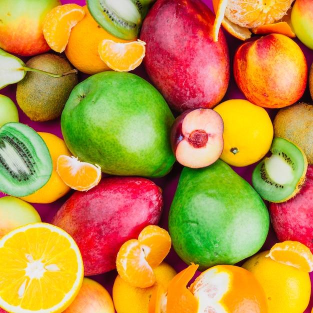 Primo piano di kiwi; mango; pera; frutta arancione e albicocca Foto Gratuite