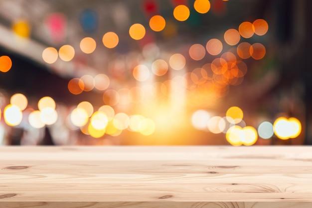 Primo piano di legno con vita notturna del partito di notte di festival della sfuocatura Foto Premium