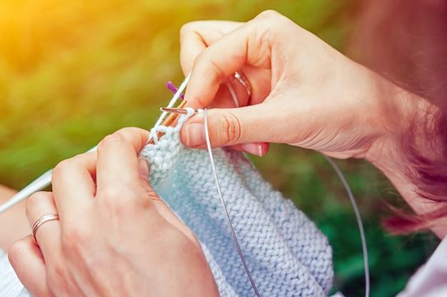 Primo piano di maglia giovane donna Foto Premium