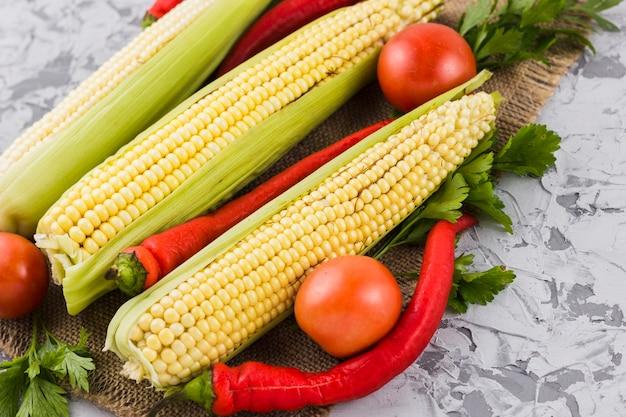 Primo piano di mais e verdure Foto Gratuite