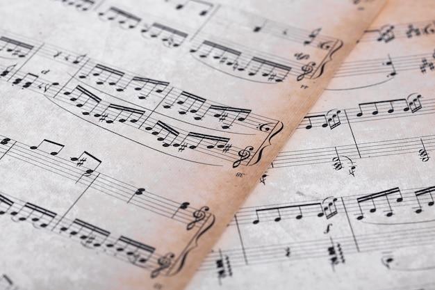Primo piano di note musicali su carta Foto Gratuite