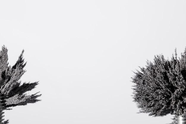 Primo piano di rasatura metallico su sfondo bianco con spazio di copia Foto Gratuite